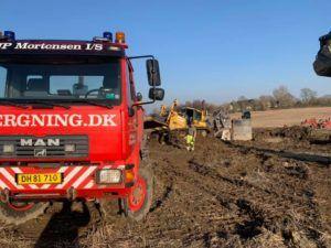 Bæltekøretøj trækkes fri på mark