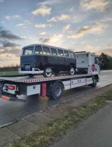 VW type 2 også kaldet folkevognsrugbrød bugseres væk på autotransporter